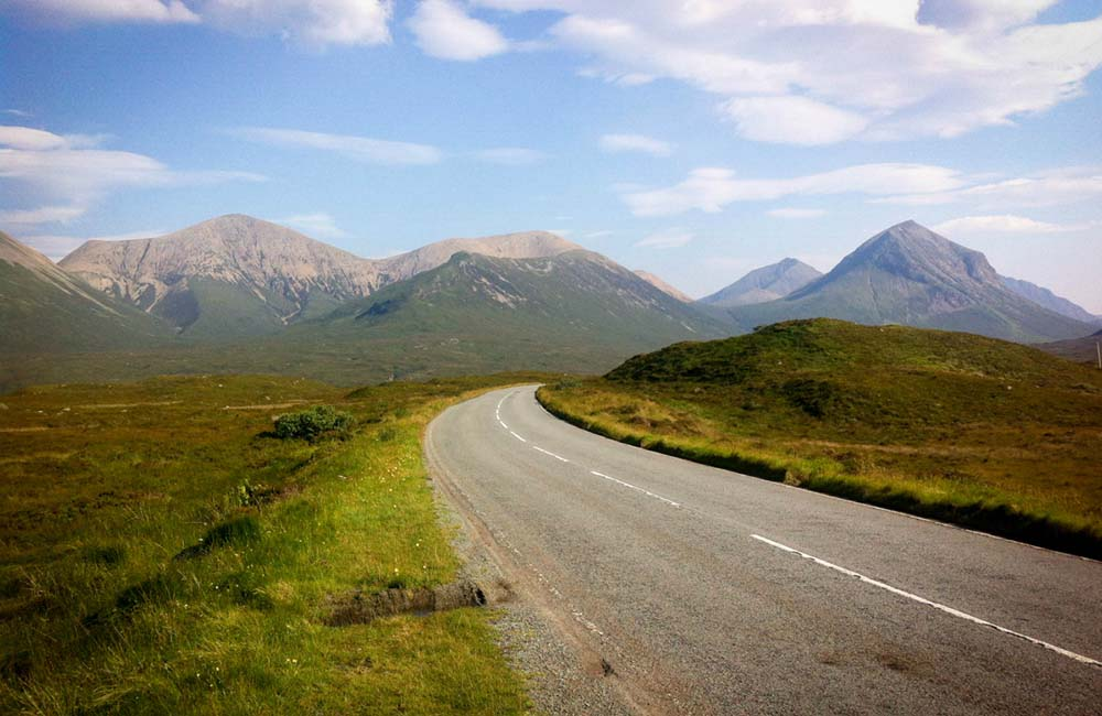 droga z górami w tle