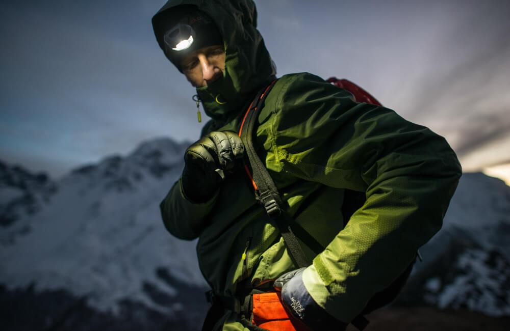 Zimowy trekking z czołówką