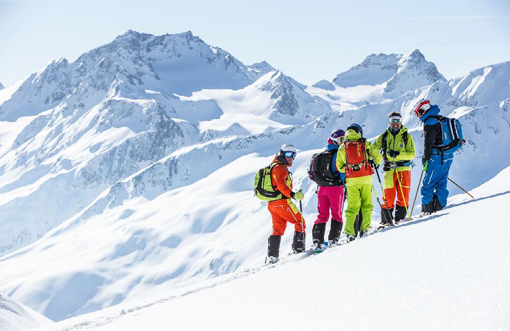 wyprawa górska na nartach