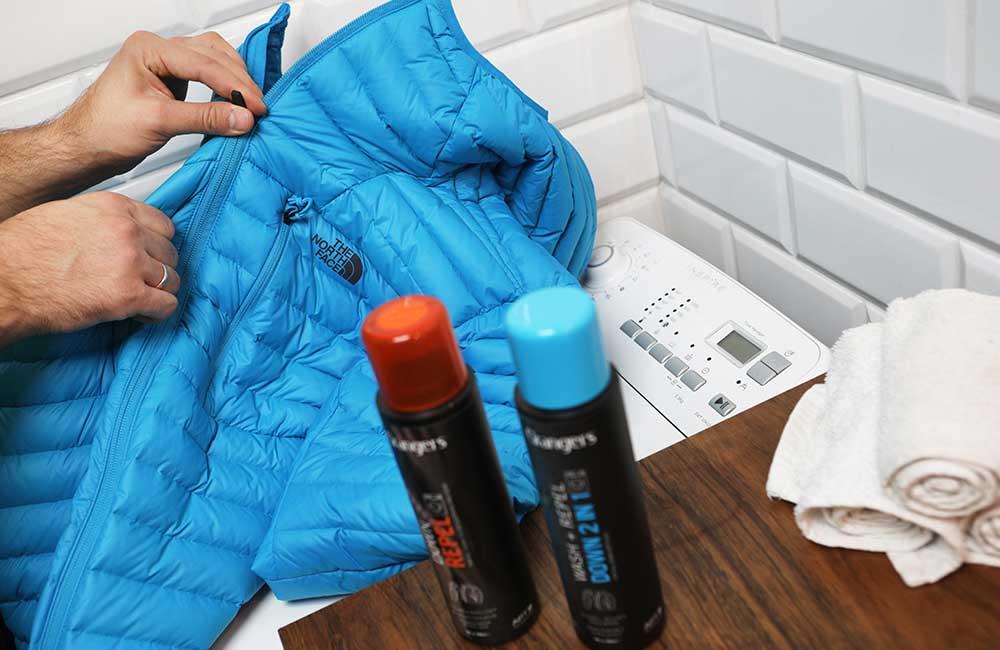 Zapninanie zamków w kurtce puchowej