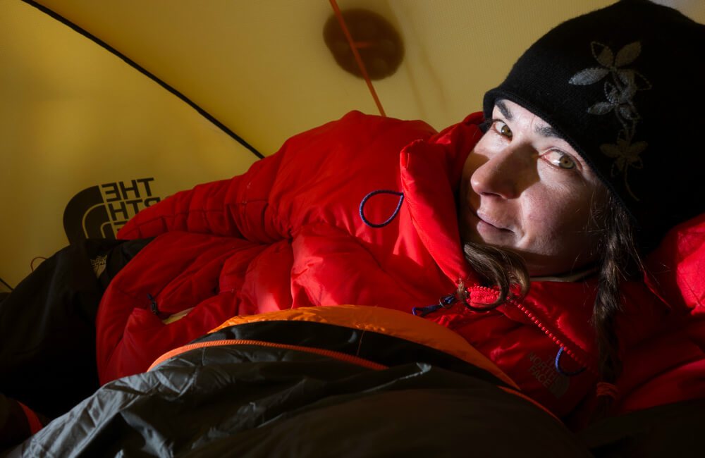Zadbaj o komfort termiczny w namiocie- weź puchowy śpiwór, załóż ciepła bieliznę i gruba bluzę (fot. The North Face)