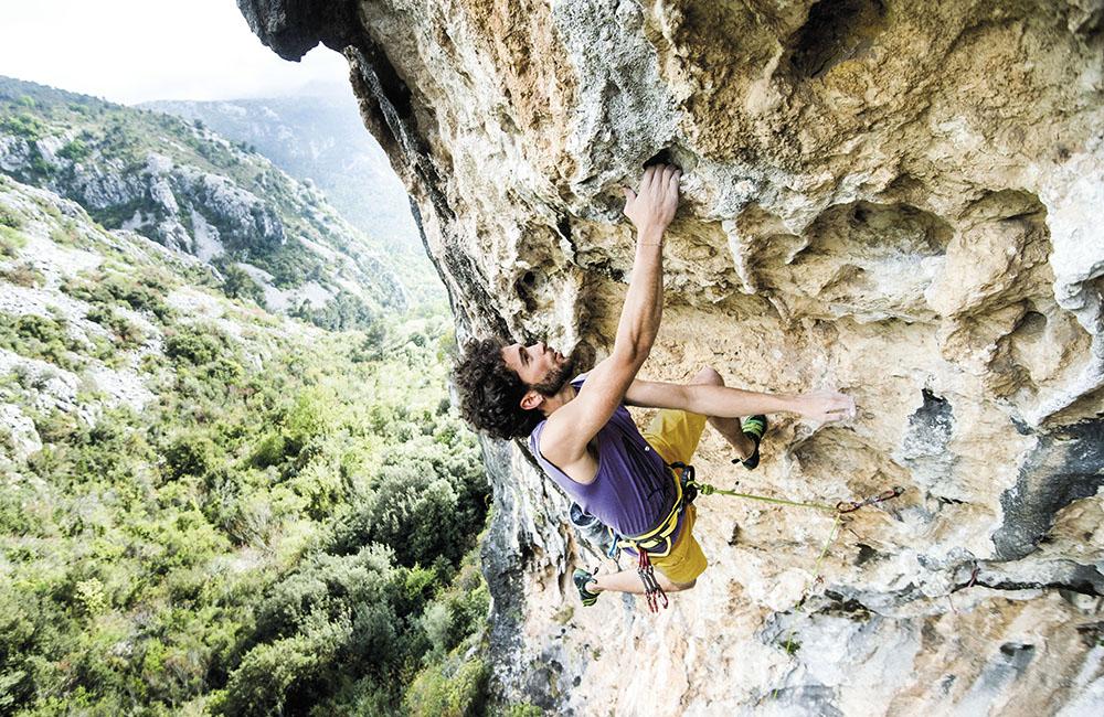wspinaczka w skałach wymaga sporo wiedzy i umiejętności