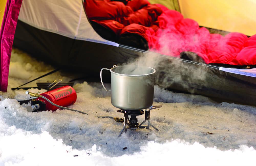 Gotowanie na zimowym biwaku- tu świetnie sprawdzi się kuchenka wielopaliwowa Kovea Booster (fot. Kovea)