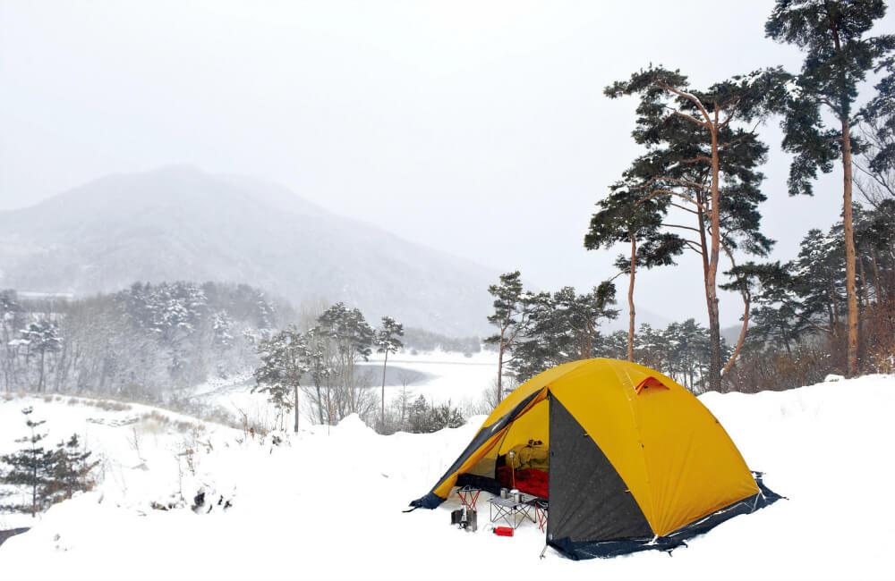 Podczas przygotowania zimowych posiłków dobrze sprawdzi się namiot z większym przedsionkiem (fot. Kovea)