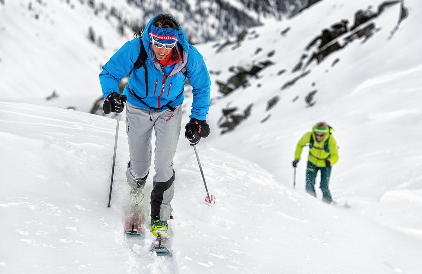 Skiturowiec w odzieży Dynafit podczas intensywnego podejścia (fot. Dynafit)