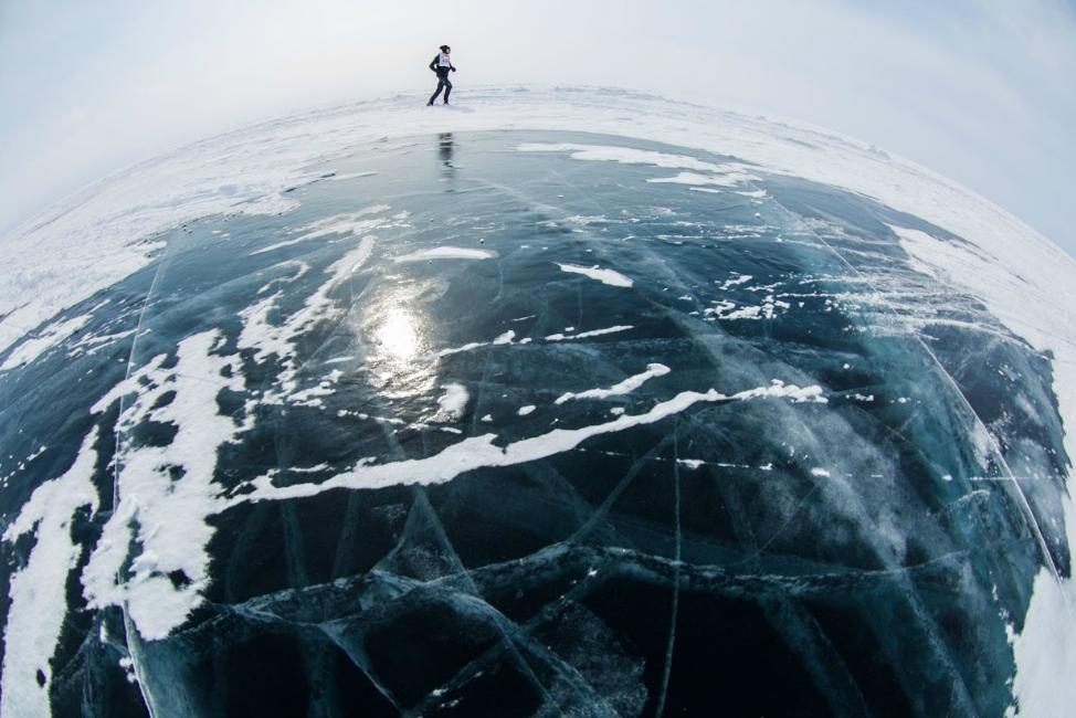 Bieg po tafli jeziora ( fot. Masaki Nakamura)