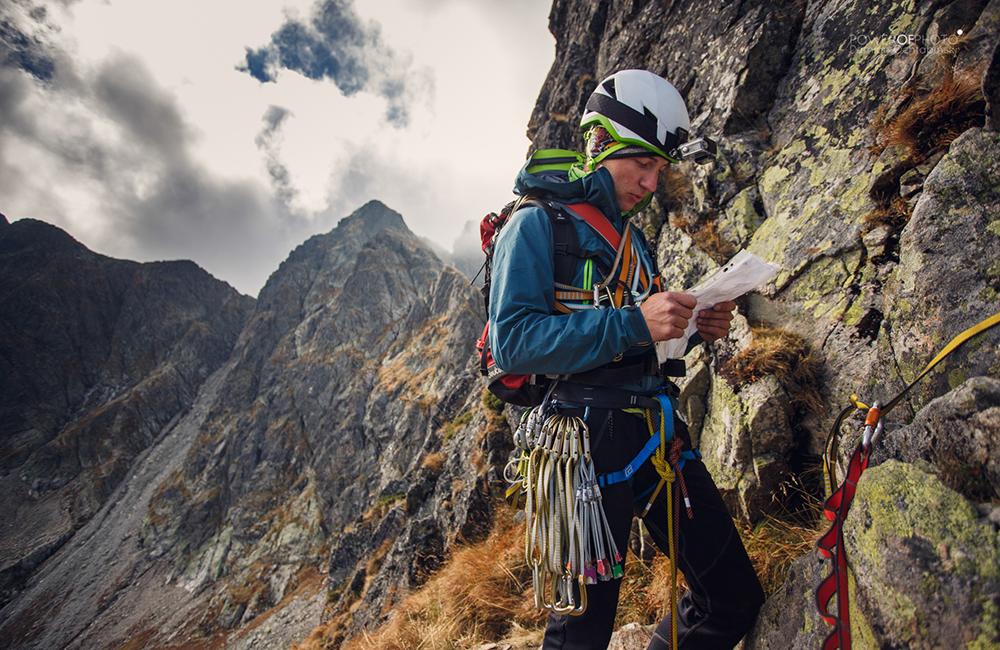 Wspinacz na Zamarłej Turni w kasku wspinaczkowym Black Diamond Vector wyposażony w szpej Climbing Technology (fot. Damian Ochtabiński - Power of Photo)