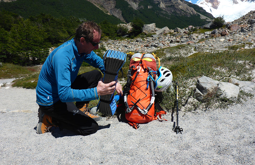Janusz Gołąb pakuje plecak na wyprawę marki Arcteryx