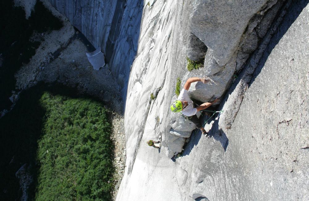 Wspinanie wielowyciągowe na wielkiej ścianie wymaga dobrej kondycji, siły oraz lekkiego sprzętu