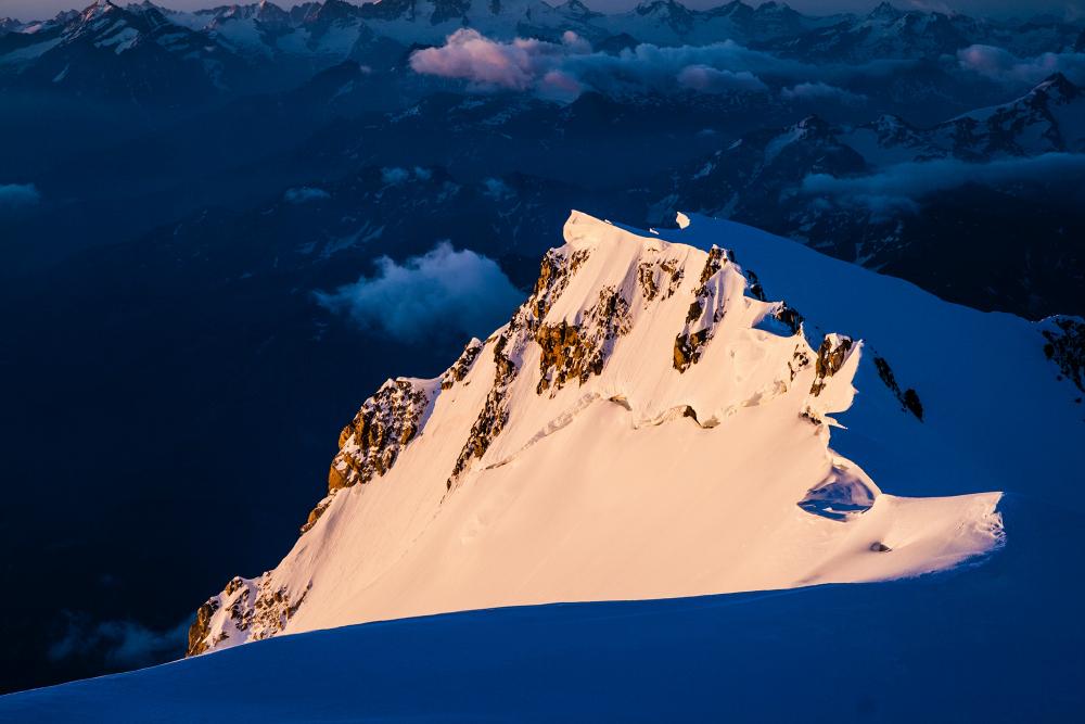 """Szczyt Mont Blanc de Courmayer, boczny wierzchołek masywu, widoczny ze szczytu głównego – niższy o około 350 m od głównego, jest łatwym celem na """"gratisowe"""" wejście (fot. autor)"""