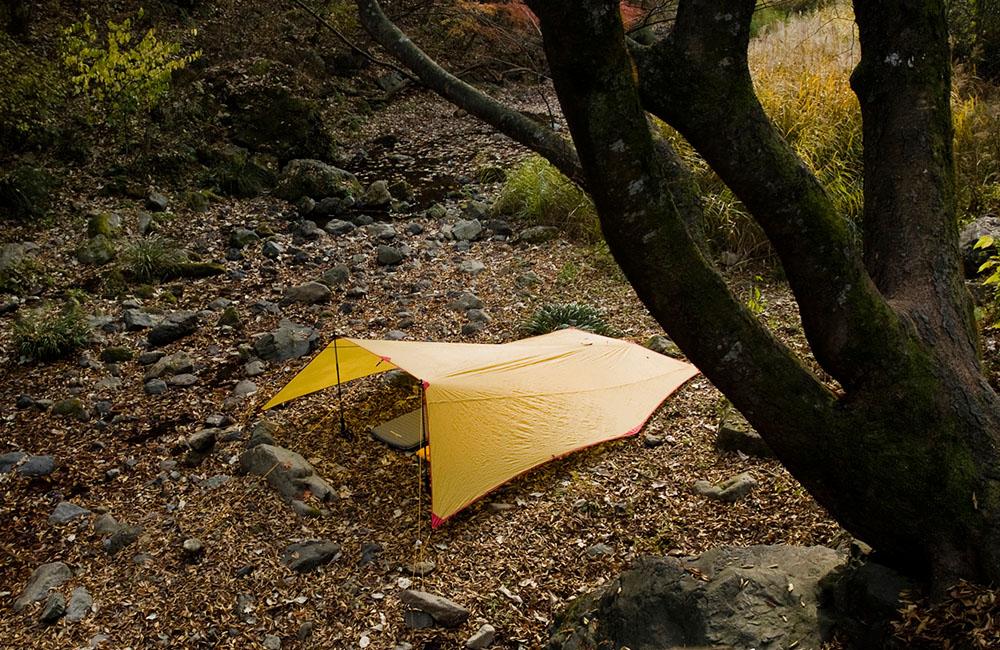 Do rozbicia tarpa wystarczą dwa kijki trekingowe i kilka szpilek (fot. Kovea)
