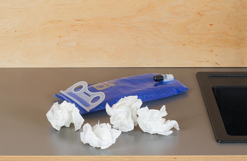 Dobrym sposobem na suszenie bukłaka jest włożenie do jego wnętrza zwiniętych kawałków papierowego ręcznika