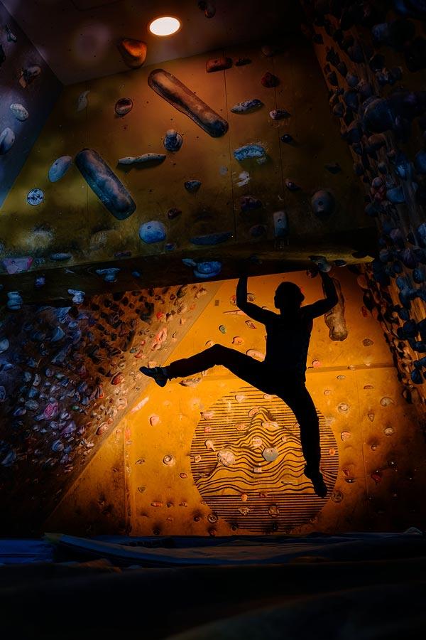 Bouldering na ścianie wspinaczkowej