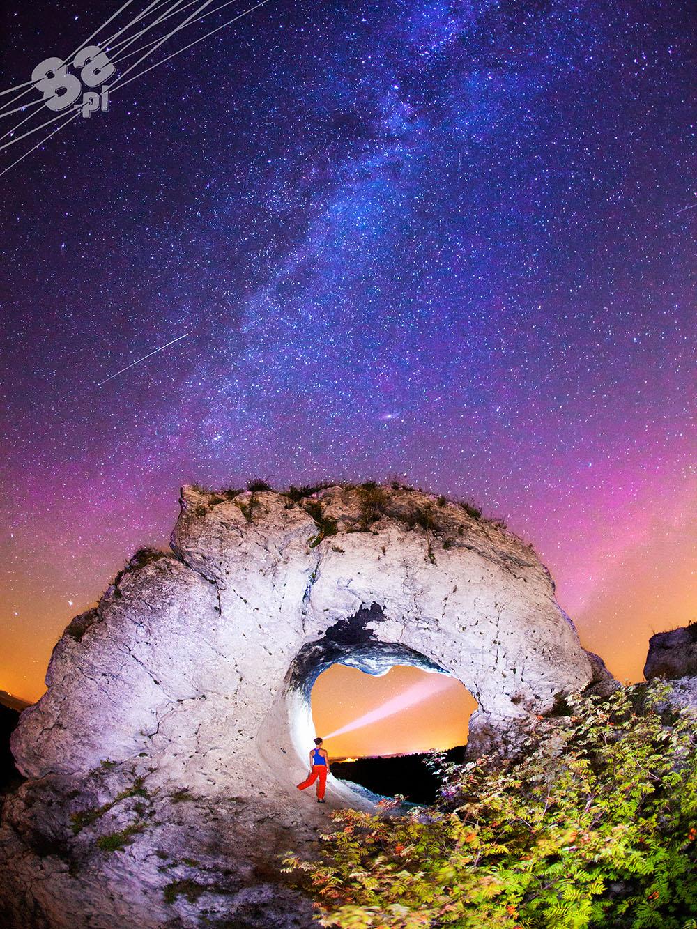 Niebo pełne gwiazd pod skałą