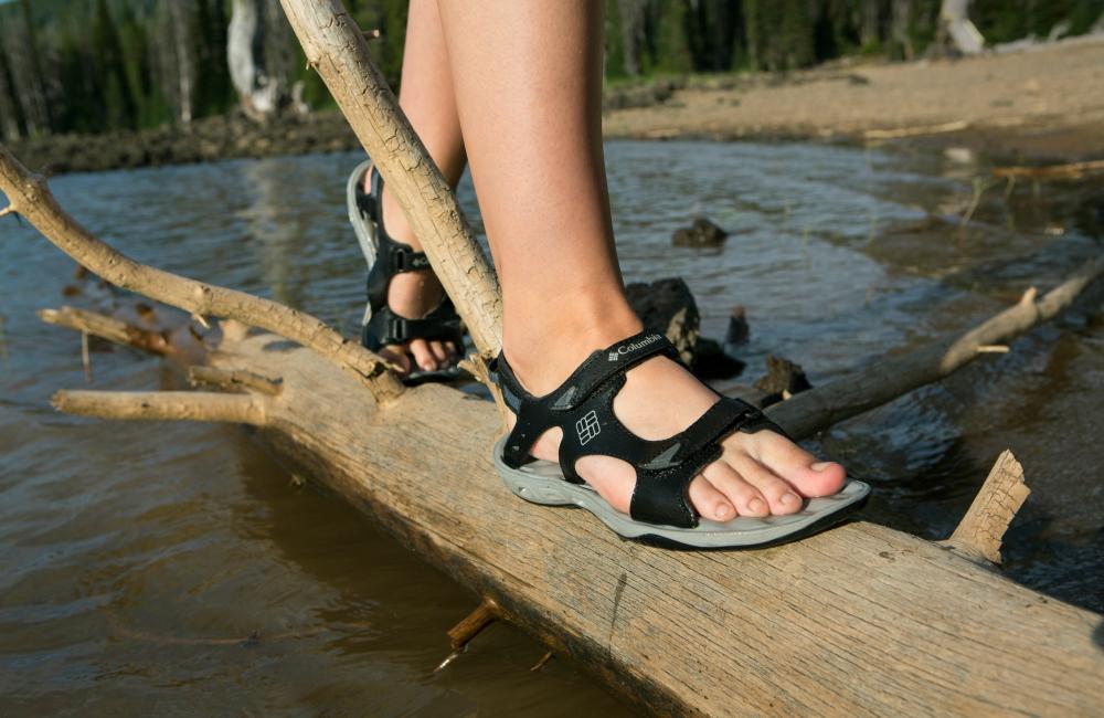Jeśli podczas wędrówki szlakiem natkniemy się na potok, warto założyć na nogi sandały (fot. Columbia)