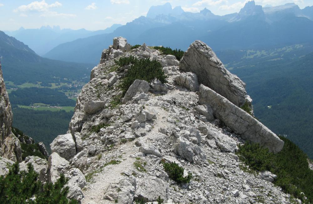 Taras skalny, który zaprasza do odpoczynku i podziwiania widoków (fot. autorka)