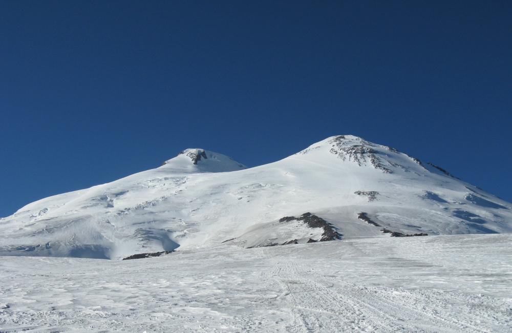 Elbrus wraz z doskonale widocznymi na zdjęciu Skałami Pastuchowa