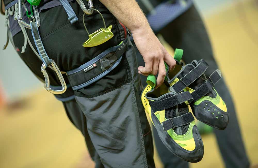 buty, uprząż, oraz odpowiedni strój to podstawowe wyposażenie na ściankę wspinaczkową