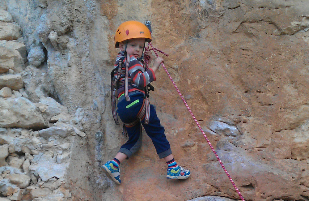 dziecko na ścianie wspinaczkowej