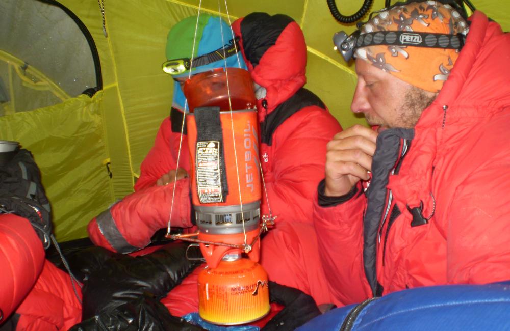 Gotowanie w trudnych warunkach - atak szczytowy na K2 (fot. Janusz Gołąb)