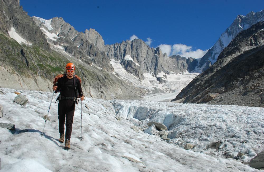 Powró po wspinaniu po lodowcu Leschaux, w tle Petites Jorasses. (fot. M.Dejnarowicz)