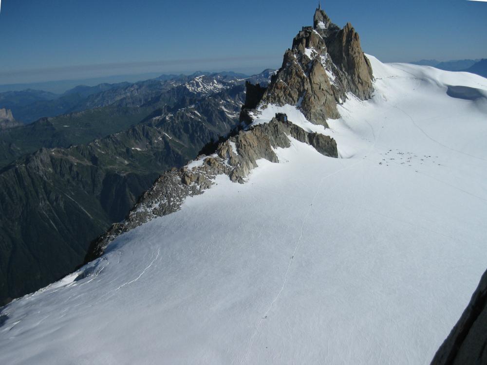 Widok na południową wystawę Aiguille du Midi oraz miasteczko namiotowe na lodowcu
