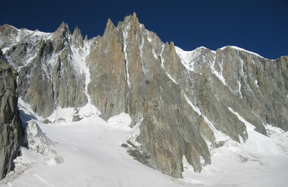 Wschodnia ściana Mont Blanc du Tacul, największy filar widoczny w środkowej części zdjęcia to Filar Gervasutteigo (fot. autor)