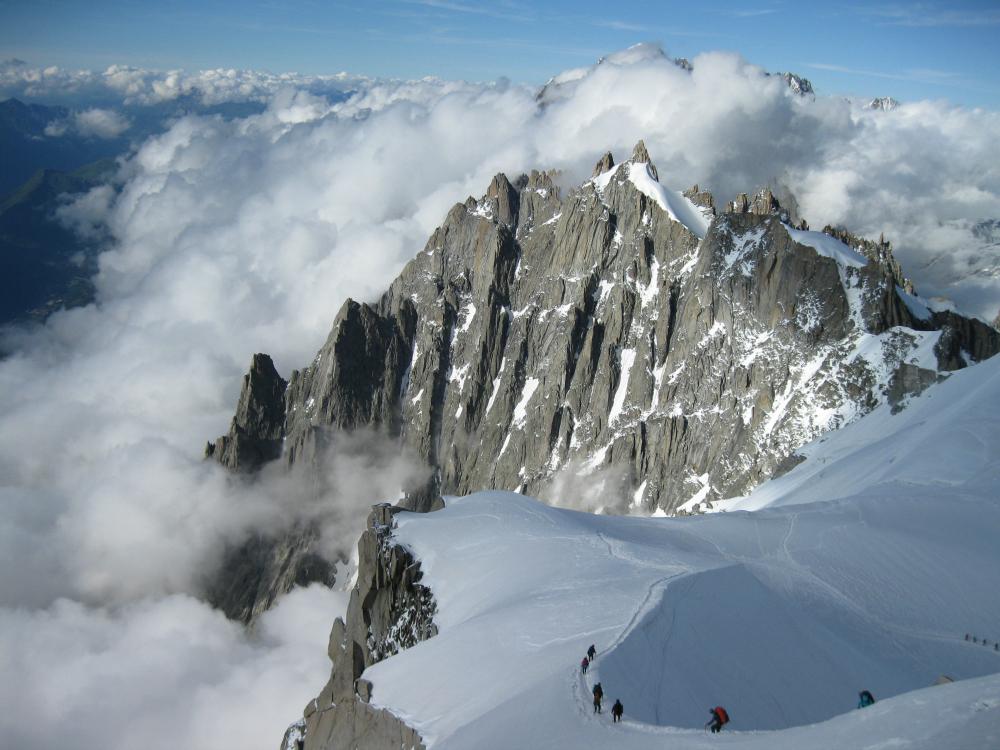 Zejście śnieżna granią ze szczytu Aiguille do Midi na Valle Blanche