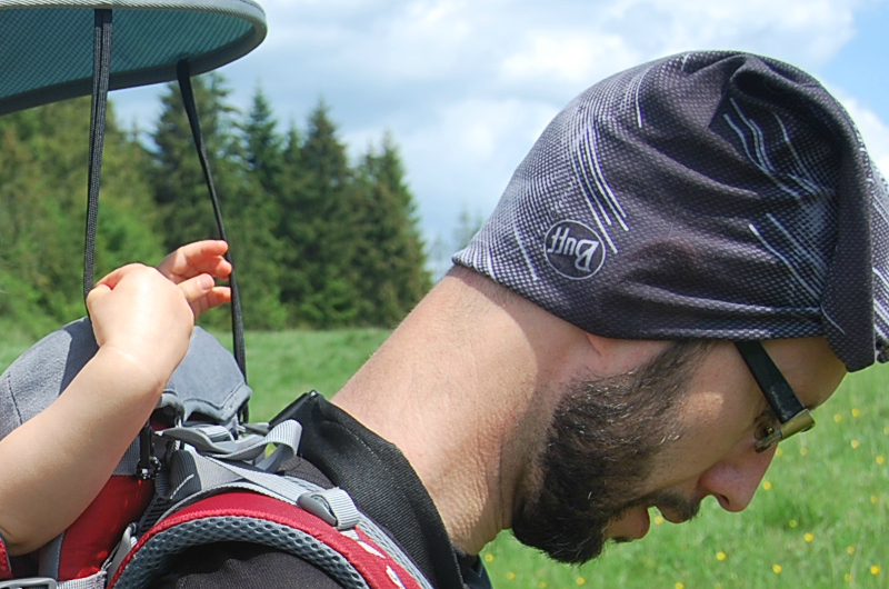 Jak zakładać chustę Buff (fot. Łukasz Czubak)