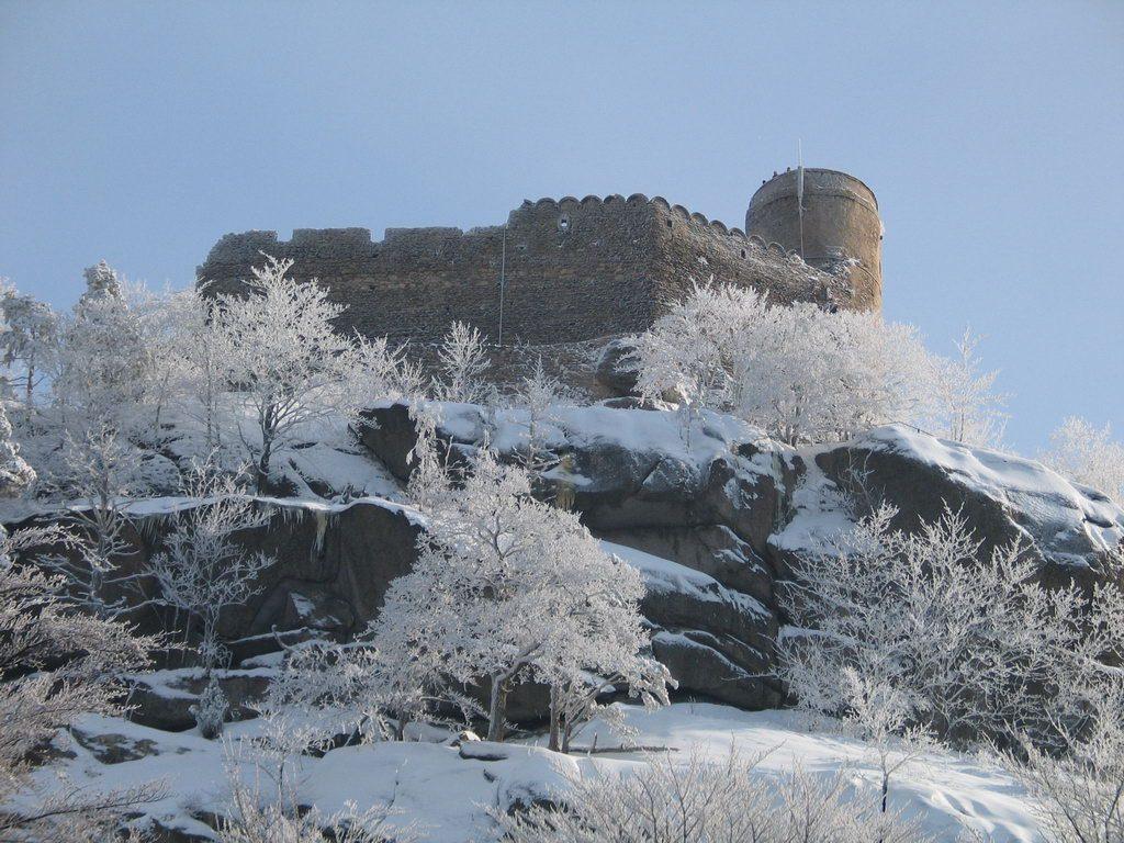 Zamek Chojnik w zimowej aurze (fot. Wikipedia / Jojo / domena publiczna)