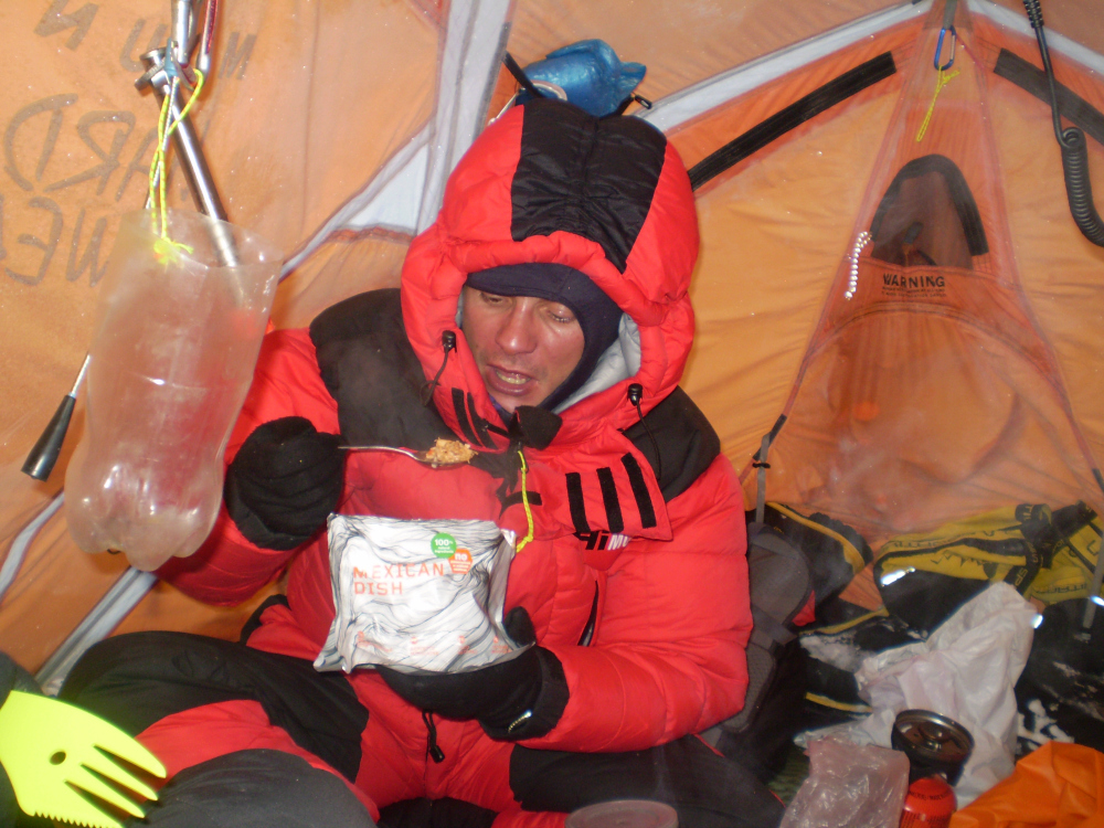 Przygotowywanie jedzenia podczas wyprawy na K2 (fot. autor)