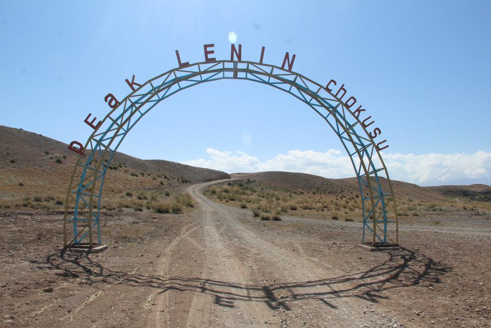 Wjeżdżających pod Pik Lenina czeka taka brama (fot. autorka)