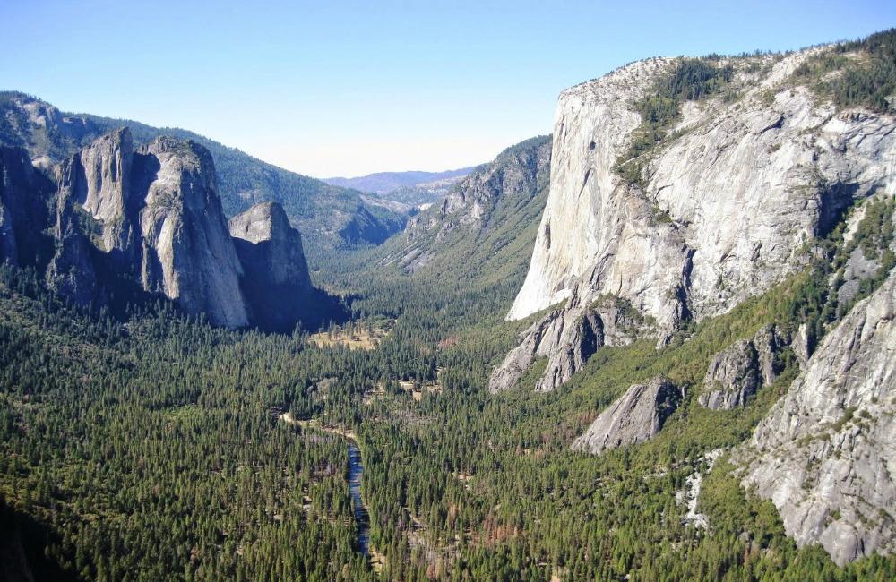 Dolina Yosemite - po prawej El Capitan, z lewej Cathedrals (fot. autor)
