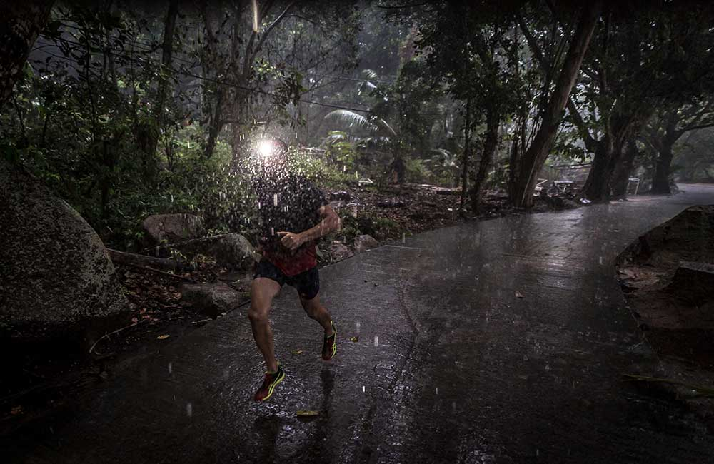Czołówka do biegania w deszczu
