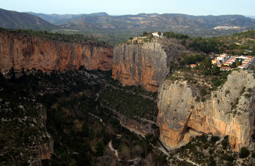Widok na kanion koło wioski, ściana po lewej to Pared de Enfrente