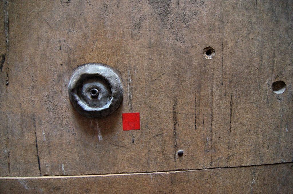 Jeden z pierwszych samodzielnie lepionych chwytów żywicznych zamontowany w najmłodszej części ścianki (fot. autor)