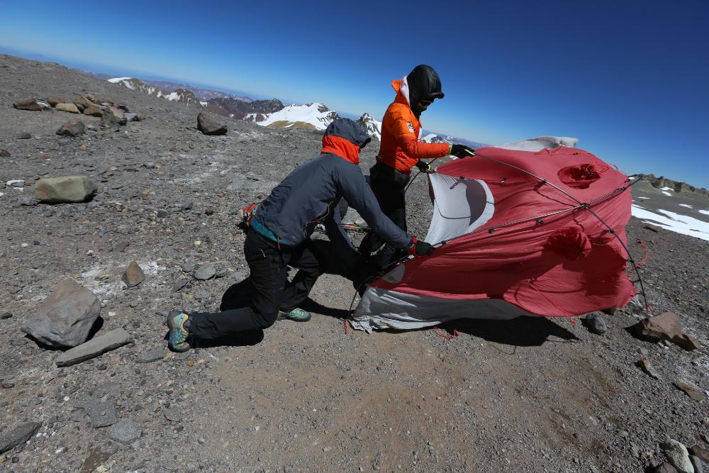 Aconcagua próba wejścia - rozbijanie namiotu w silnym wietrze