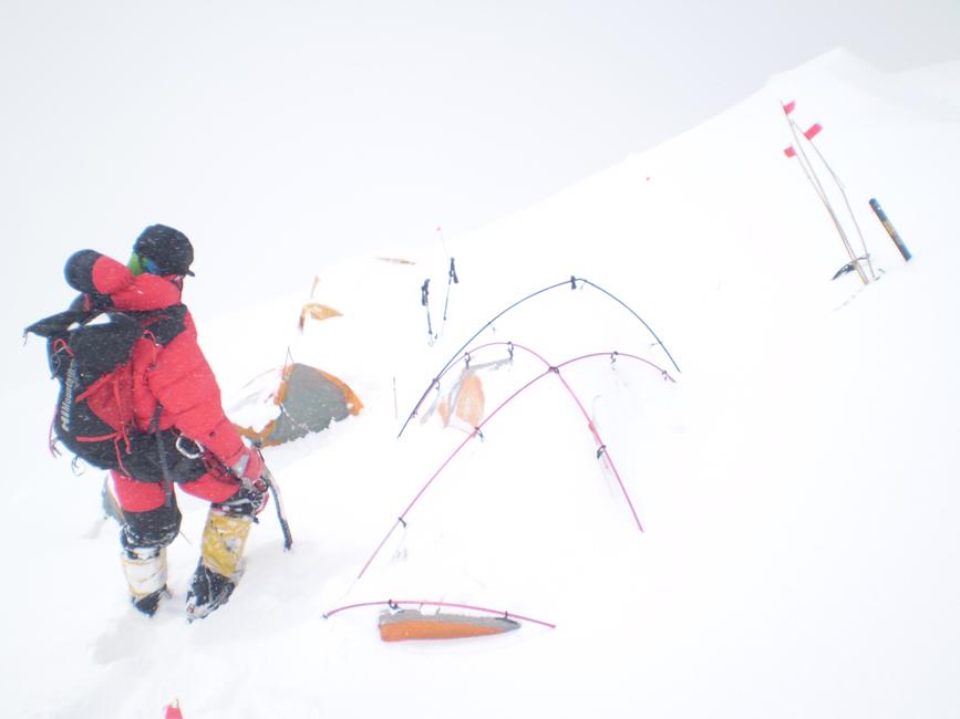sprzątanie obozu w górach