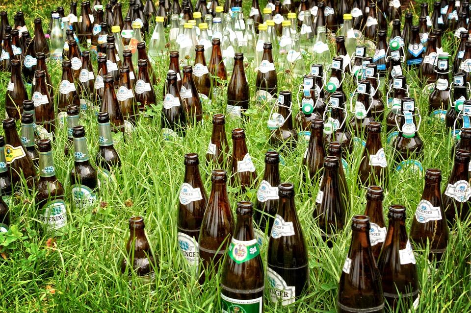 butelki pozostawione w trawie