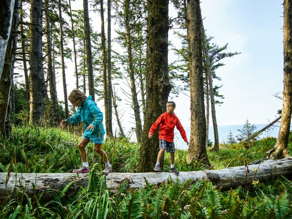 dzieci bawiące się na górskim szlaku