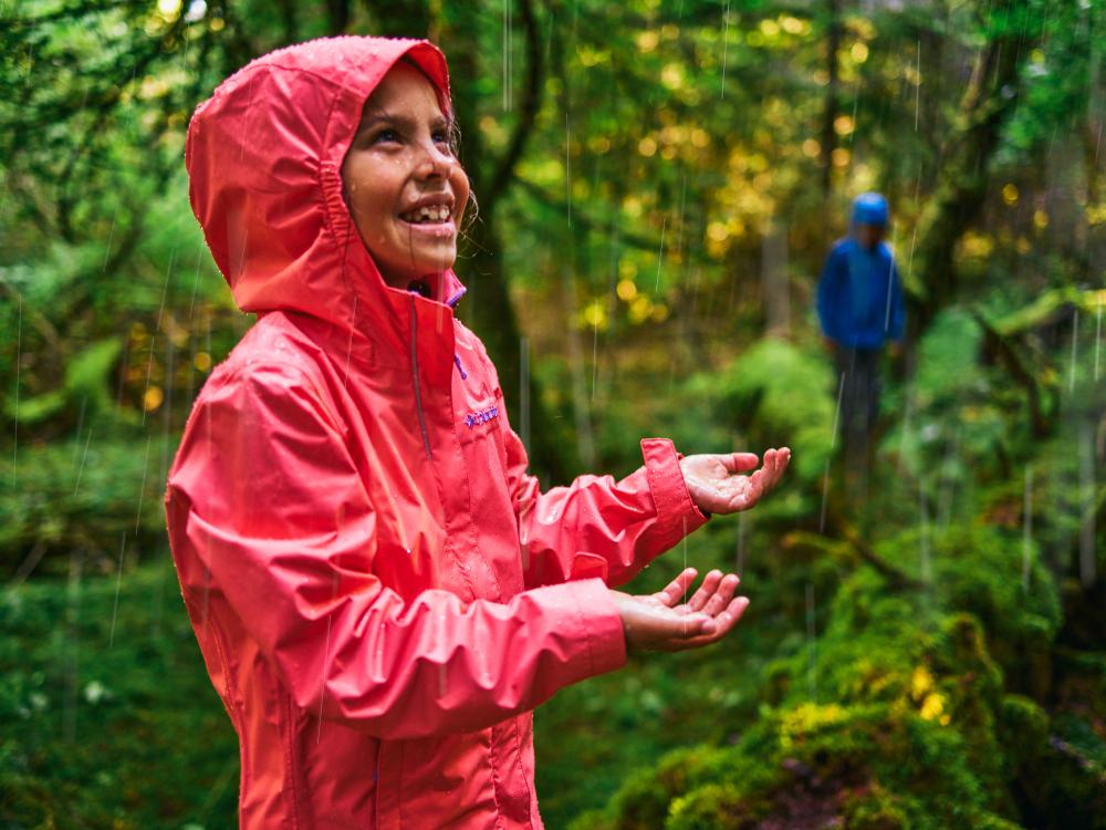 dziecko w kurtce przeciwdeszczowej Columbia