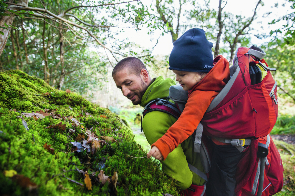 małe dzieci w górach warto nosić w specjalnym nosidełku turystycznym