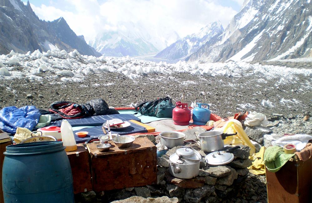 Wyposażenie obozowej kuchni podczas letniej wyprawy na K2