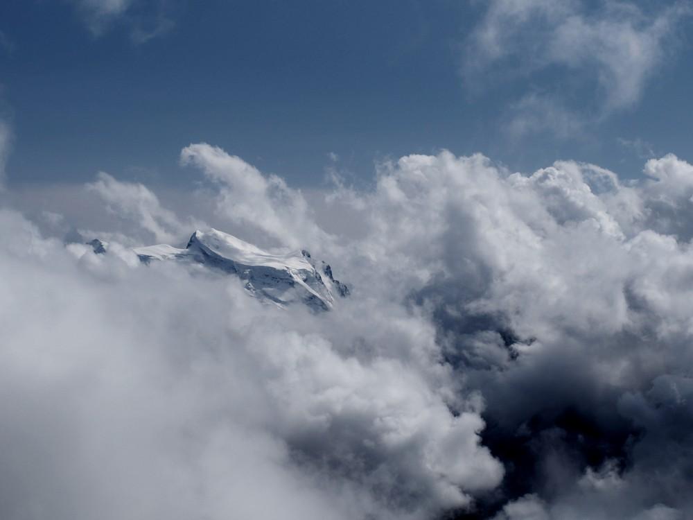 Trekking w Alpach - widok na masyw Mt. Blanc