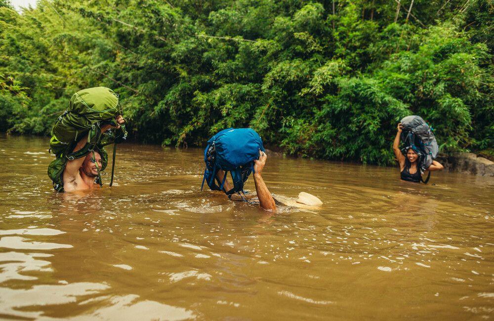 przeprawa z plecakiem przez rzekę