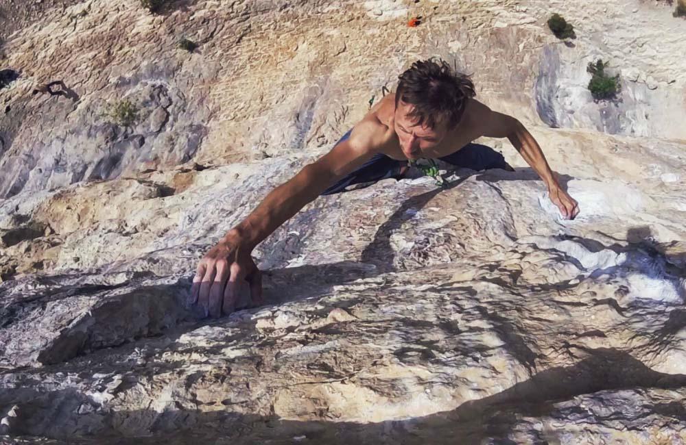Piotr Czmoch wspina się na El Latido del Miedo 8a