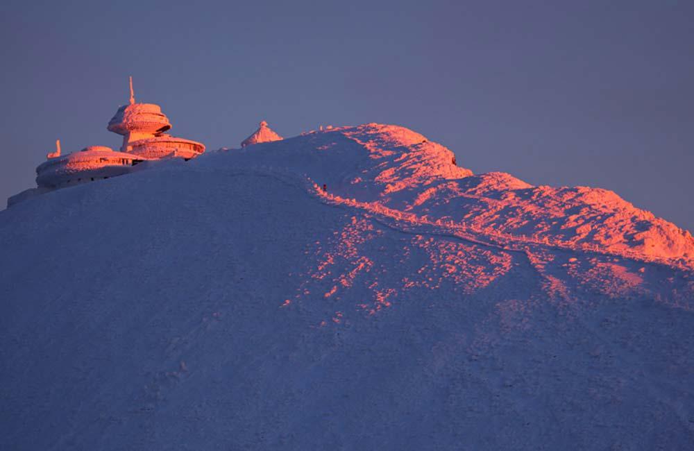 szczyt Śnieżki zimą