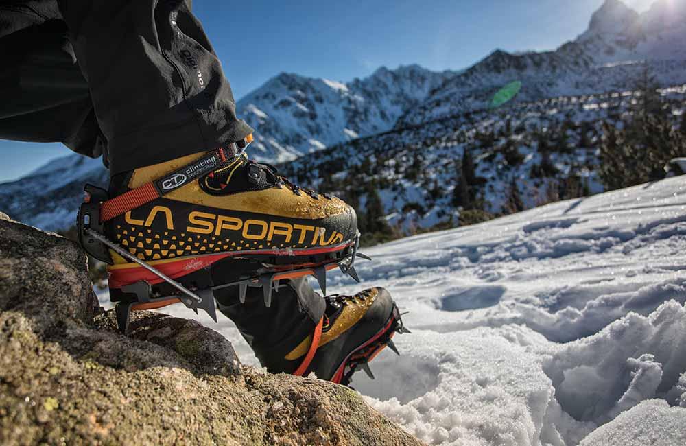 buty górskie la sportiva z założonymi rakami