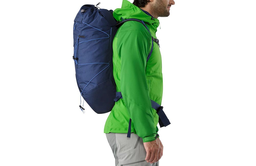 plecaki wspinaczkowe wyróżnia smukła budowa i lekko asymetryczna forma