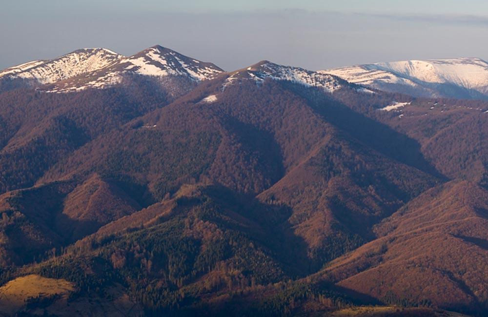 Panorama Ostrej Hory i Połoniny Równej z Żurawki w Bieszczadach Wschodnich